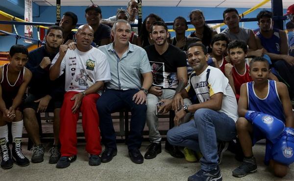 """AMB hizo donativo en Caracas y """"Niño de Oro"""" dictó una clínica de boxeo"""