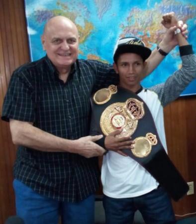 Byron Rojas recibió su faja de campeón