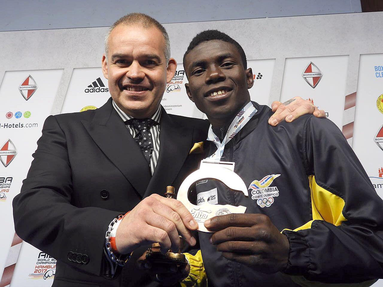 Gilberto Jesús Mendoza gave medal to Yuberjen Martínez