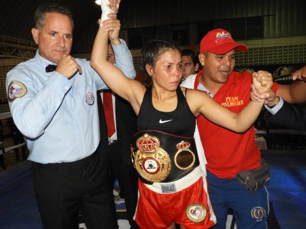 Liliana Palmera impone su boxeo y es la nueva campeona AMB