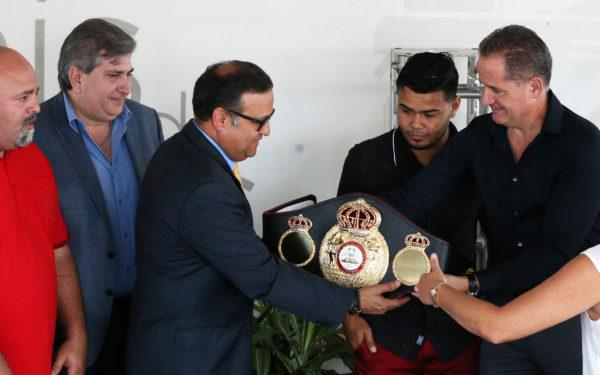 El alcalde de Caguas (izquierda) y Luis Pabón (derecha) junto al campeón.