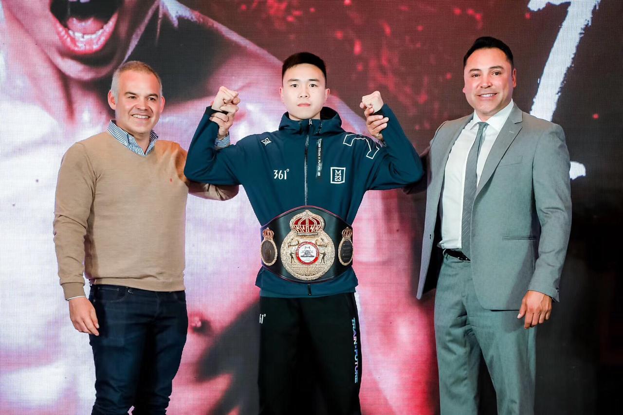 Gilberto Jesus Mendoza awards the WBA title to Can Xu