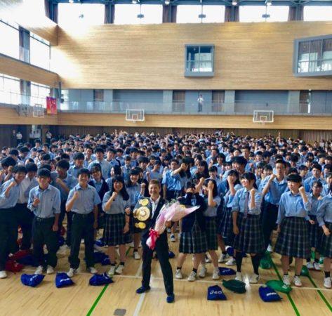 Naoko Fujioka visitó su Alma Mater para llevar un mensaje de superación en Japón