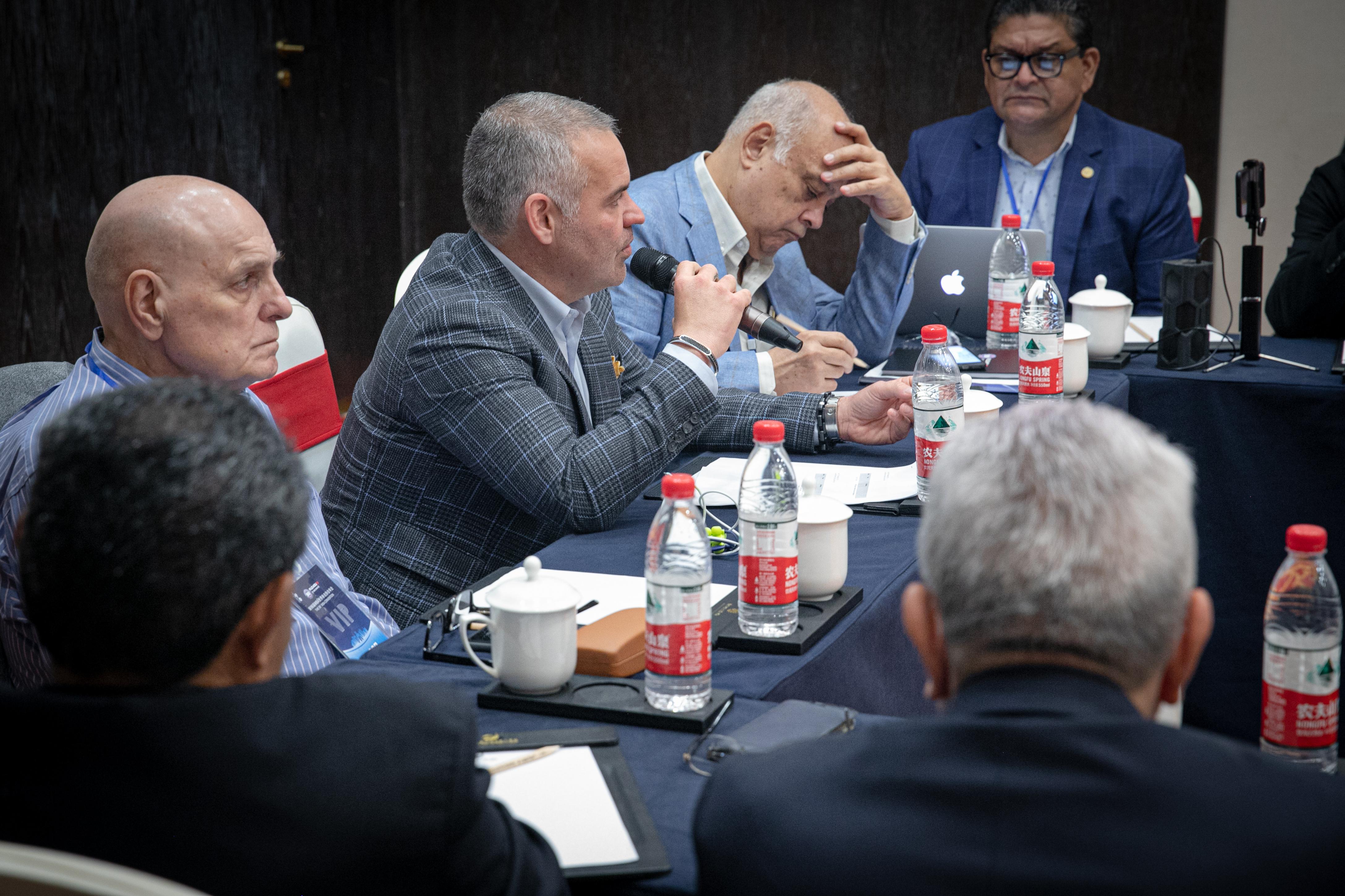 Mendoza comandó encuentro con miembros del directorio AMB